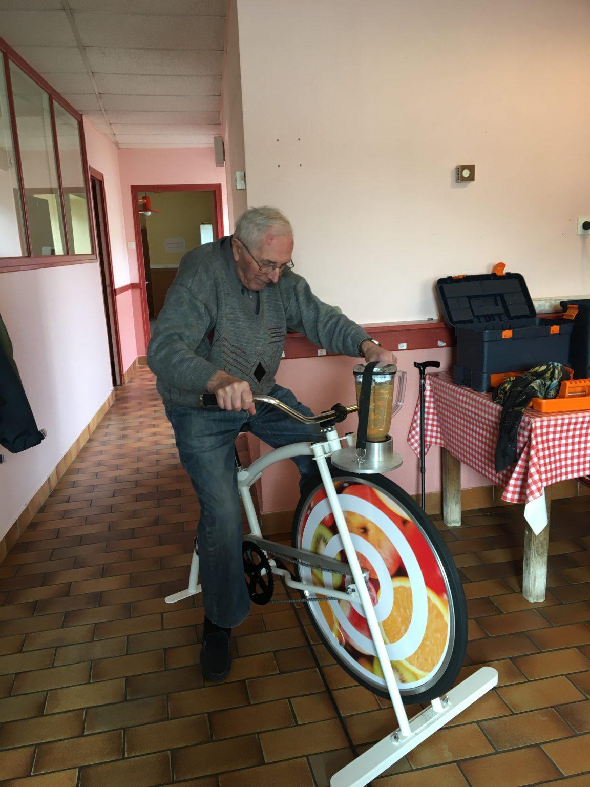 Senior sur un vélo-blender
