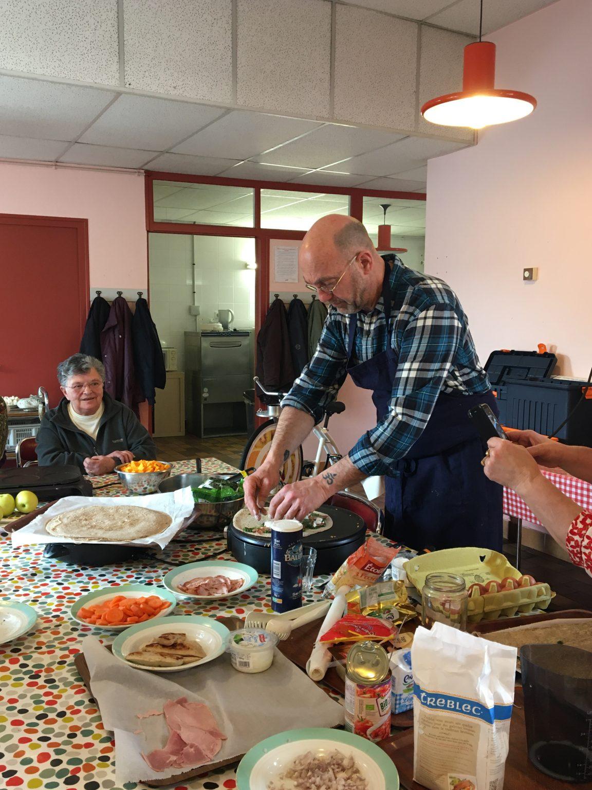 Seniors autour d'un atelier culinaire