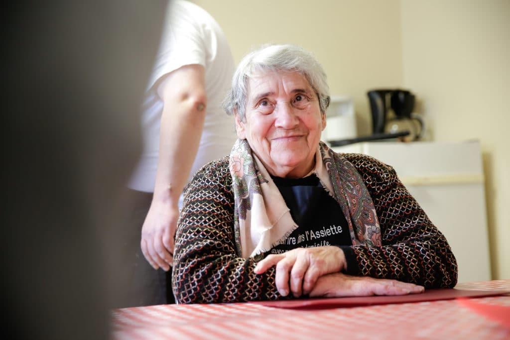 Femme souriant lors d'un ateleir de prévention d'UNA 86