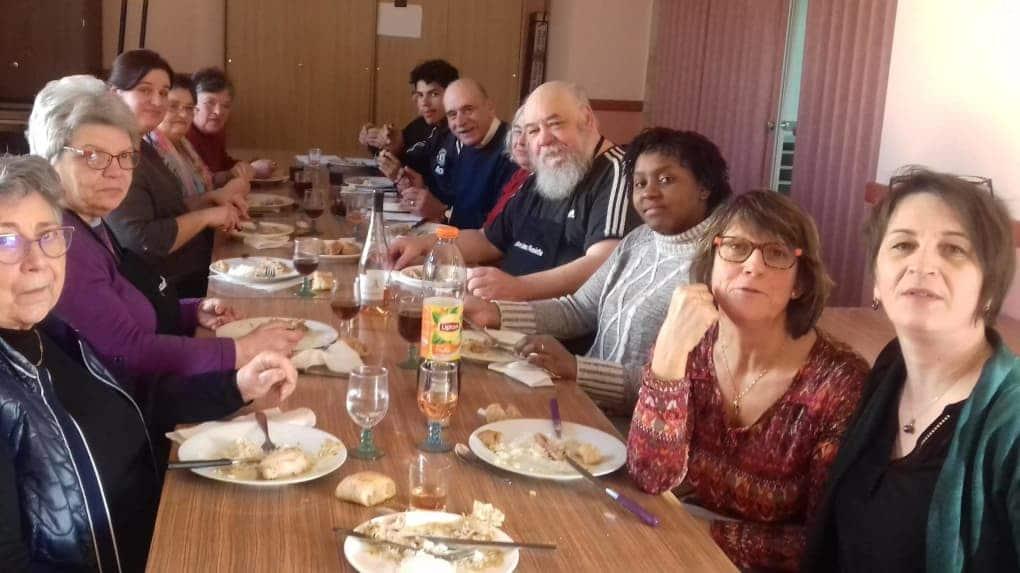 Photo des participants du sourire dans l'assiette